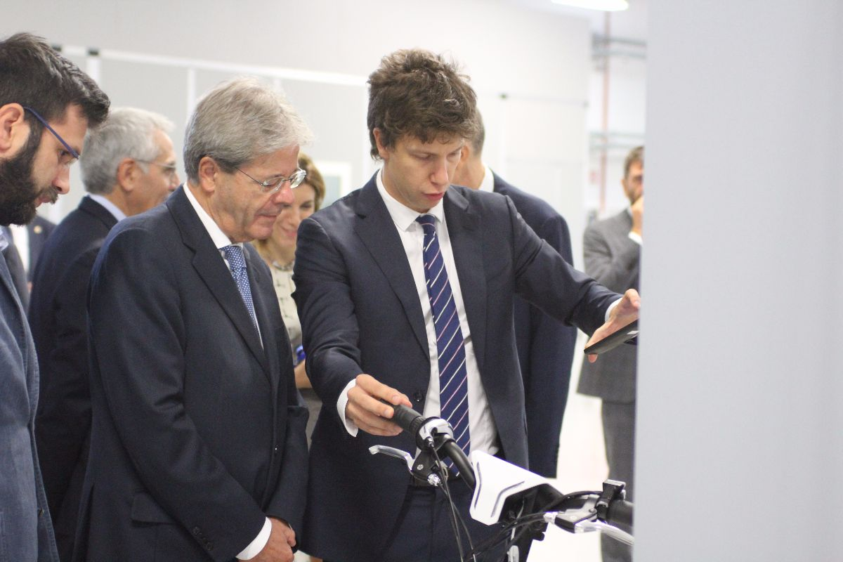 Gentiloni looks at the MAT demo
